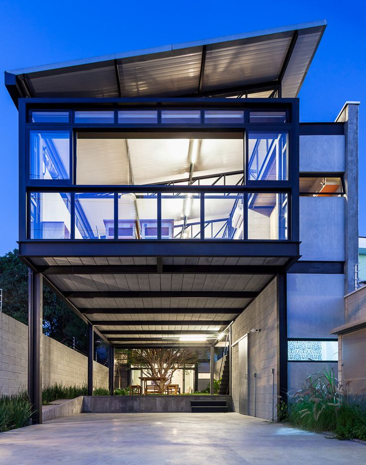 Alberto Seabra Project,© Pedro Vannucchi, Sao Paulo. Office and small living quarters. Steel structure, concrete blocks, ciment cladding. Many things here could work for the structure of the house and the Pectem.