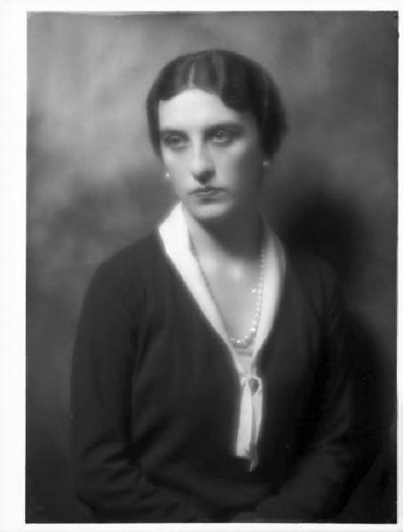 Ida Taverna dei Conti di Landriano (1903-1973). Fotografia, 1929. Biblioteca Nazionale Braidense, fondo Sommariva, SOM. E. ls. I. 1032, Milano. Donna Ida sposò nel 1929 il principe Vitaliano X Borromeo Arese (1892-1982). http://www.lombardiabeniculturali.it/fotografie/schede/IMM-2y010-0006808/