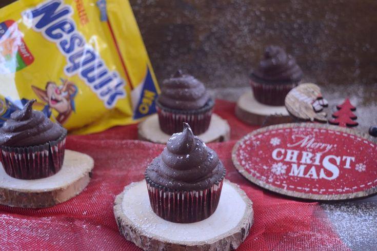 ΥΛΙΚΑ  Για τα cupcakes:  -1/2 ώριμο αβοκάντο -1 μεγάλη μπανάνα ή 2 μικρές -1 αυγό, σε θερμοκρασία δωματίου -1/2 κγ εκχύλισμα βανίλιας -4 ΚΣ (65 γρ) στιγμιαίο ρόφημα κακάο Nesquik με Opti-Start -1/2 κγ μπέικιν πάουντερ -50 γρ σταγόνες κουβερτούρας Για το frosting:  -1 γλυκοπατάτα (85 γρ πουρέ) -100 γρ κουβερτούρα, τεμαχισμένη