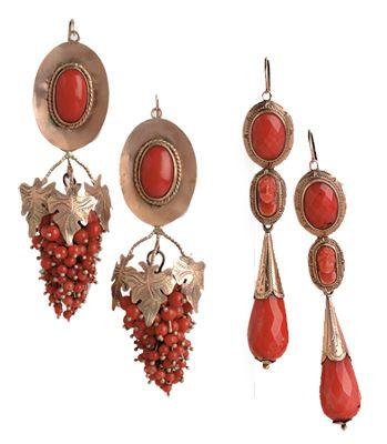"""Due coppie di orecchini a mandorla, una con pendente """"a grappolo d'uva"""", l'altra con pendente """"a goccia"""" e piccolo cammeo raffigurante un viso. Sardegna, metà XIX secolo."""