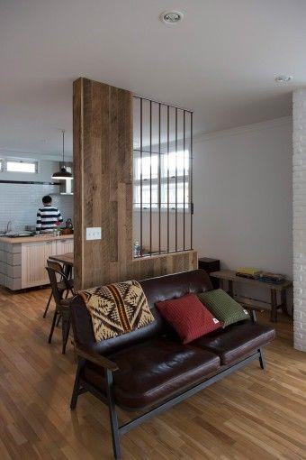 キッチンとリビングをゆるやかに分けるスリットの入ったパーテーション。