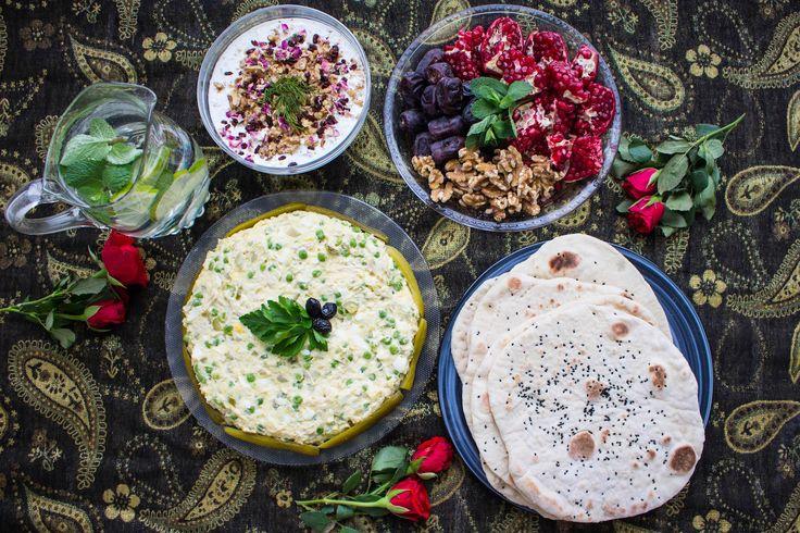 Taftoon (nan e taftoon) är ett persiskt tunnbröd som tillagas i stekpannan. Ett gott, mjukt och luftigt bröd som är en favorit i Iran och även i Afghanistan. Serveras gärna bredvid grillat eller som frukostbröd. 6-7 st Taftoon bröd 3 dl hett vatten (ej kokhett) Ca 5 dl mjöl 1 tsk torrjäst 1 msk socker 2 tsk salt 2 msk rapsolja Nigellafrön- svartkummin, kryddiga små frön. Hittar du inte dem i affären kan du ersätta dem sesamfrön. Persisk sallad olivie– recept HÄR! Persisk tzatziki, mast o…