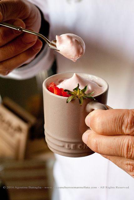 """Mousse leggera alle fragole (senza lattosio) - ricetta tratta dal blog di Agostina: """"http://www.mypaneburroemarmellata.com/"""" Tazza espresso colore silice @Le Creuset Italia #tazza #mug #espresso #dessert #mousse #fragole #food"""