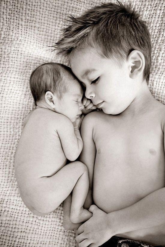 Interação com irmão mais velho deixa álbum do bebê ainda mais fofo                                                                                                                                                                                 Mais