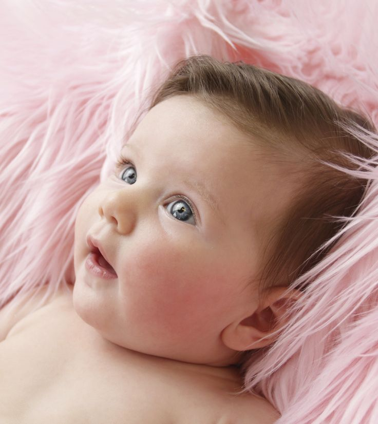 Votre bébé a la peau rouge et ça vous inquiète. Cela peut être dû à de nombreux facteurs. Voici en détail les causes possibles de ces rougeurs et les solutions envisageables.