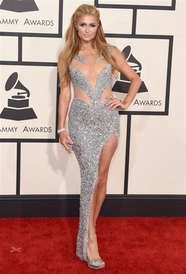 Looks de los Premios Grammy Vestido plateado con transparencias