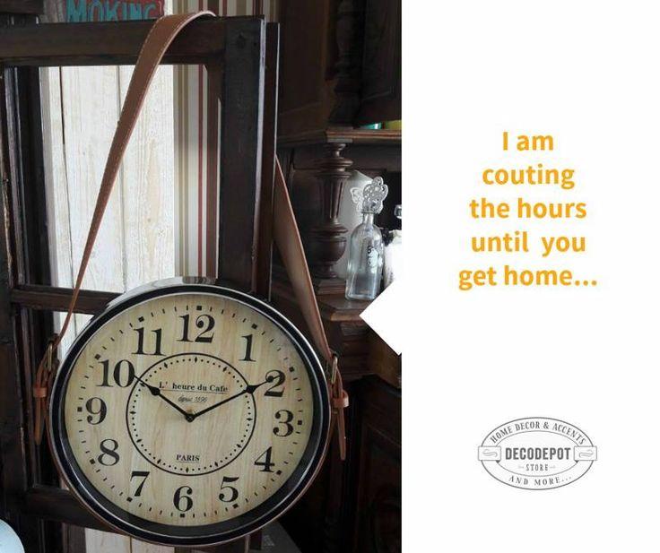 Ceas vintage decorativ cu agăţătoare laterală din piele tip geantă. Maro şi negru. Blacn. Brown. Clock like purse. Leather holder. DecoDepot. Braşov.