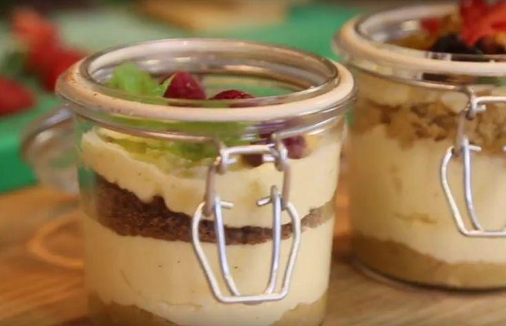 «Банкейки» — модный вариант десерта. Называется так потому, что готовится прямо в банке. Такой десерт очень удобно давать детям в школу, брать с собой на работу или пикник. Готовится десерт просто, очень быстро и из доступных продуктов.