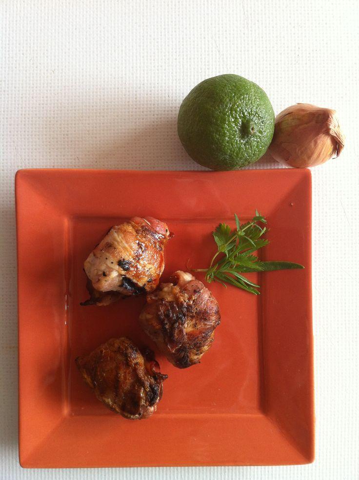 Kalkoen-spek-hapjes, gemarineerde kalkoenblokjes in spek gewikkeld en op de barbecue gebakken.