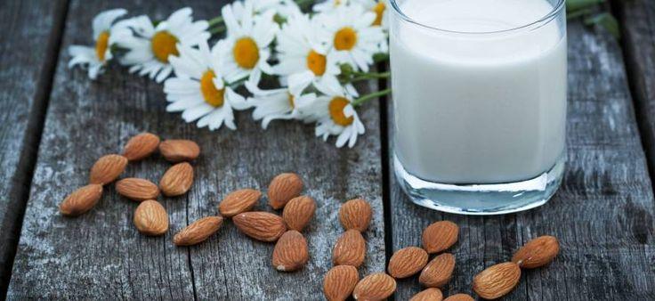 Mleko migdałowe – właściwości, wartości odżywcze, przepis oraz porównanie z mlekiem krowim