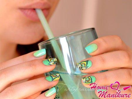 зеленый цветочный дизайн ногтей в стиле абстракции
