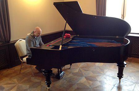 Prodej a nákup pian a pianin Kompletní servis, opravy, stěhování Prodej doplňků, leasing Něco o nás V.I.P. Jsme firma působící v Karlových Varech. Od roku 1999 jsme začali získavat první zákazníky a již dnes máme několik stovek spokojených pianistů, škol a firem se kterými spolupracujeme.  Prodáváme, nakupujeme a ladíme klavíry a piana. Opravujeme povrchy, rezonanční desky a mechaniky. Vyměňujeme kolíčky a klávesové obložení.  Máme komisní prodej, zapůjčení nástrojů na akce, stěhování…