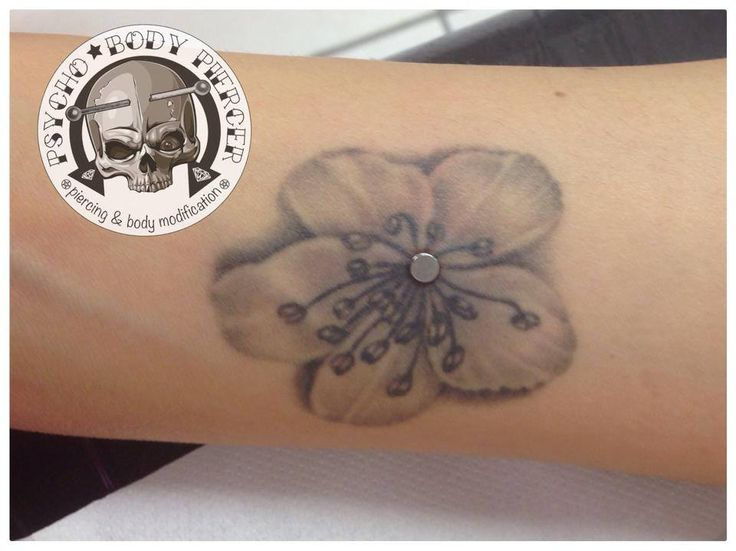 MICRODERMAL ON TATTOO #Microdermal #Piercing #MicrodermalonTattoo #tattoflower #PsychoBodypiercer #AleBhills #Titanium #BhillsTattooCompany