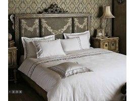 Lenjerie de pat din Bumbac Satinat, cu tesatura Jaquard si Dantela. Tesatura Satin Jaquard extrem de fina - cu densitate 600 TC si fir Ne 120/2 Ambalat in cutie luxoasa, de culoare neagra, cu finisaj mat.
