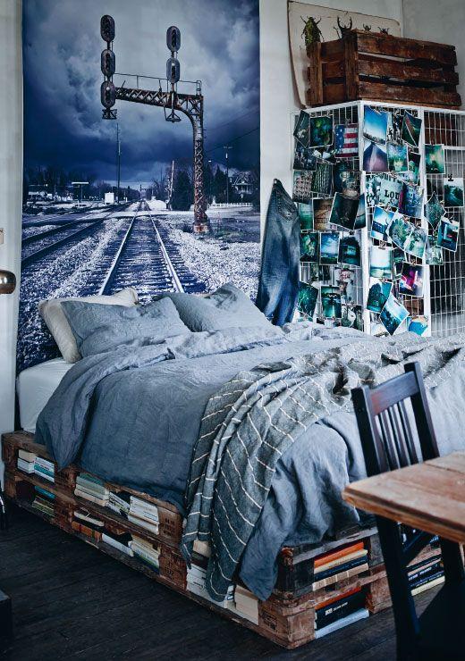 Ta en titt på denne senga som er laget av gjenbrukte paller. Vi liker godt at de har brukt hullene i pallene til oppbevaring av bøker, som en uvanlig og bærekraftig bokhylle