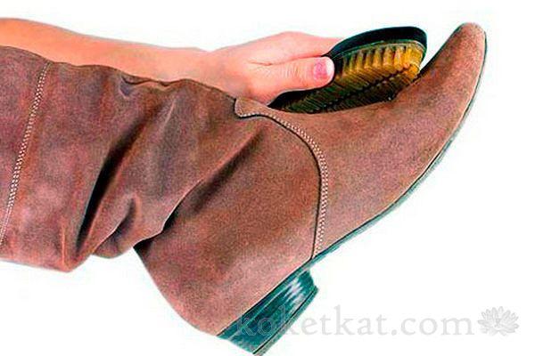 Как почистить замшевую обувь от солевых разводов   Замша является очень популярным материалом для обуви. Замшевые туфли или сапоги выглядят красиво, дорого и богато. Но, в тоже время, не практичны, маркие и недолговечны. Зимой, после высыхания, на обуви можно увидеть белые, солевые разводы. Соль вход...
