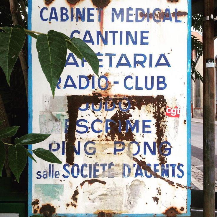 Panneau peint à la main trouvé à Lyon. #Signs #signpainting #peintreenlettres #lettrespeintes #panneau #signaletique #handmade #handpaint #typography #vernacular #lettering #lettrage #nostalgie #vintagesigns #vintage #cabinetmedical #cantine #cafetaria #radioclub #judo #escrime #pingpong #lyon #69000