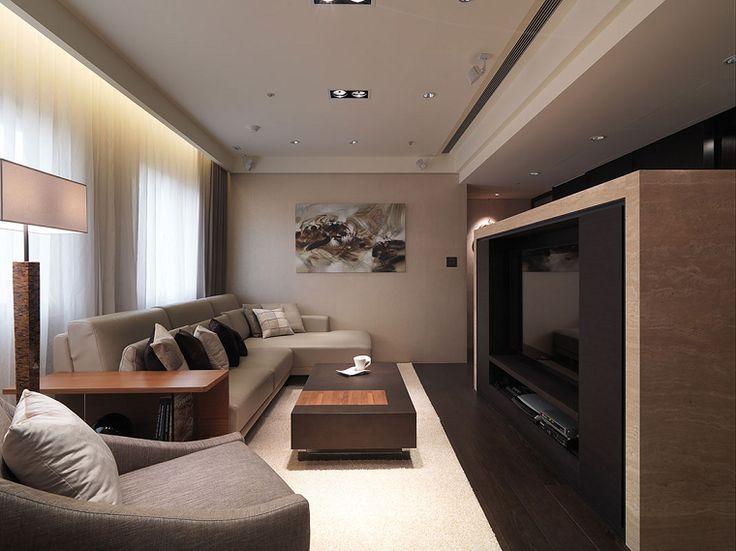 salón estrecho con muebles y paredes de colores claros