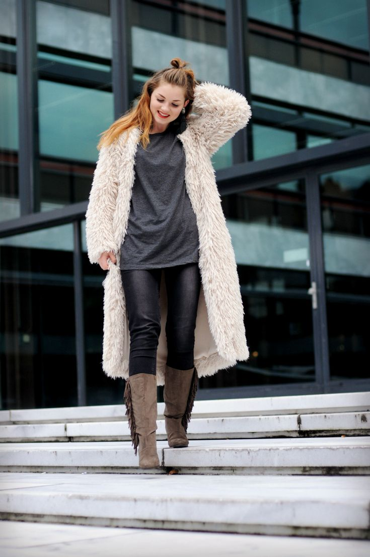 fuzzy cardigan, long fuzzy cardigan, oversized t-shirt, fringe boots, statement oorbellen, h&m trend, grijze skinny jeans, zwarte skinny jeans, natide ooink, yeti vest, fashion is a party outfits, asos t-shirt, vero moda jeans, vanharen laarzen, vanharen fringe laarzen, fashion is a party outfits, fashion blogger