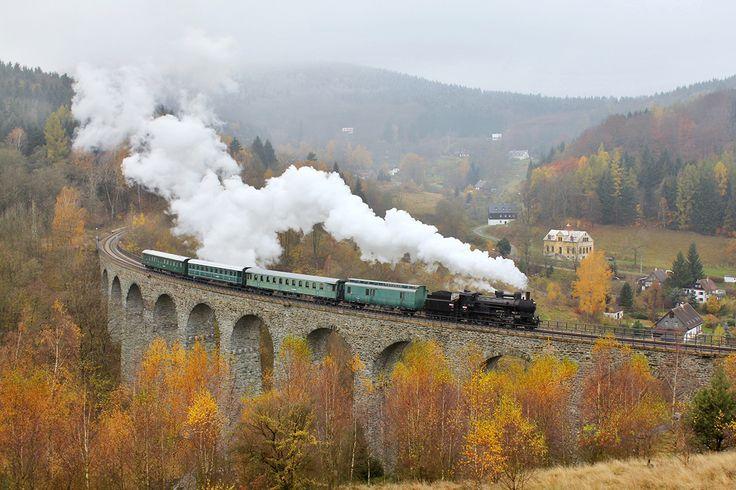 Všudybylka na krásném viadukty v podzimní době.