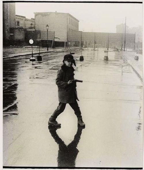 A little gunslinger in East Berlin. Bernard Larsson, 1963. (via Réunion des musées nationaux)