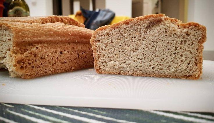 Quando deixei de consumir glúten e alimentos altos em FODMAPs, eu cheguei à conclusão que comprar pão sem glúten no supermercado não era uma opção. Lendo a lista de ingredientes (um hábito que eu t…