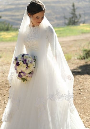 """露出控えめが美しい♡クラシカルな""""ハイネック""""ウェデングドレスにきゅん♡にて紹介している画像"""