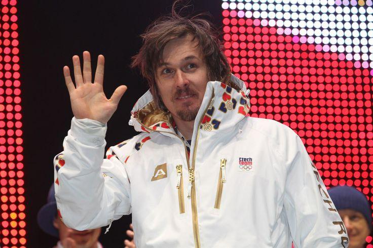 Lyžař Ondřej Bank zdtaví fanoušky v Olympijském parku na Letné.