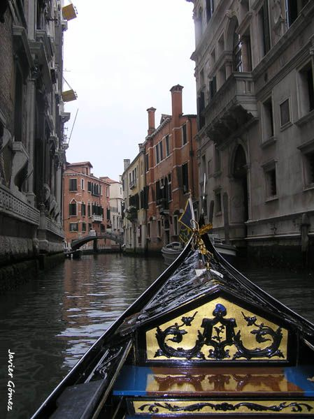 Romántico paseo en góndola por la nostálgica Venecia.