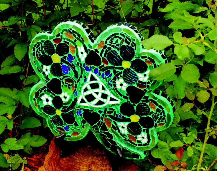 """Mosaic Four Leaf Clover,  Add a some Irish Luck to your Home or Garden.  """"Trinity"""" Celtic Symbol, /Triquetra inspired, Mosaic Garden Art. by SouthernHomeandArt on Etsy"""
