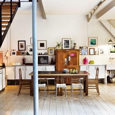 #cocinas y #reciclaje, eso del fondo puede ser un mueble nevera antiguo muy bien adaptado a un nuevo mobiliario... tambien las sillas parecen reutilizadas y le da un toque moderno la composición de cuadros variados en la pared del fondo