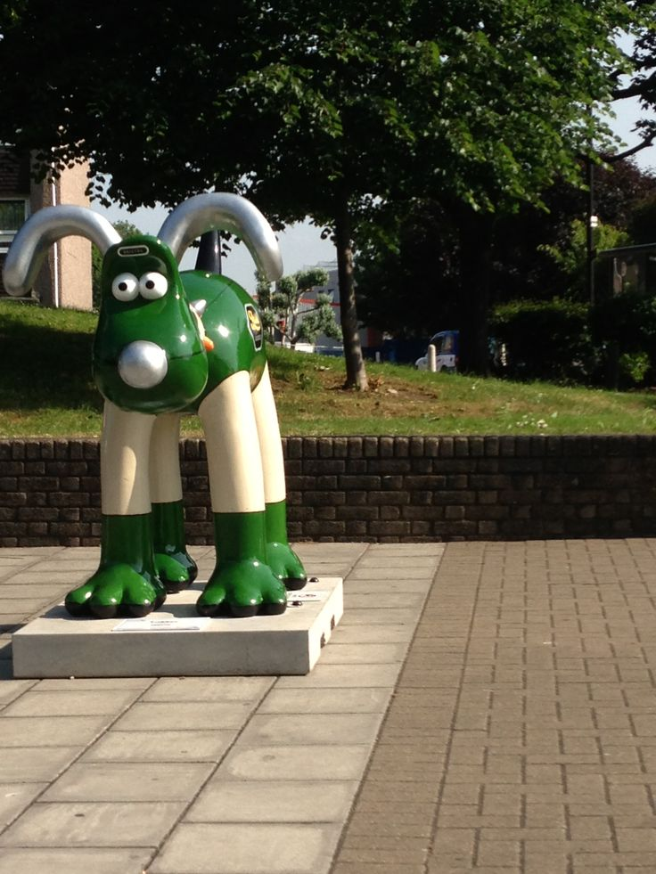 The Hype Girls doing the Bristol Gromit Hunt! Lodekka is at the Bus Stop!