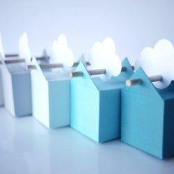 Il mini set comprende 5 o 10 scatole et il set normale 50 unità. I colori delle bomboniere vanno da una tonalitè di grigiochiaro al blu, bastoncini ed etichette bianche possono essere a forma di stella, ucello, nuvola e fiore. Sfumature molto belle di grande dolcezza. Le tonalità di blu vibrano... Sono i nostri clienti che ci hanno dato l'idea e ci piace!