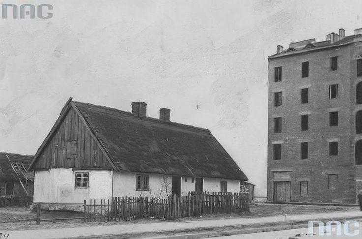 Stara chata rybacka. Obok wielka przemysłowa kamienica. Rok 1923 Tempo zmian w międzywojennej Gdyni było ogromne, w sąsiedztwie chat szybko zaczęły powstawać nowoczesne budowle. Inspirowane modernistyczną formą o geometrycznych kształtach czy zaokrąglonych narożnikach często nawiązujących do portowego charakteru miasta.