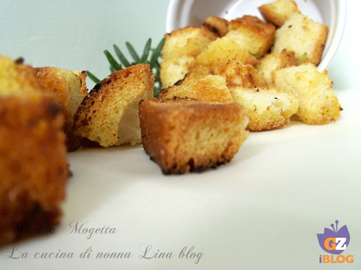 Cubotti di pane al rosmarino - Uno snack davvero delizioso ottenuto da quel pane che staziona nella credenza da un paio di giorni
