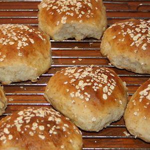 Kartoffelbollen er en grovbolle med fuldkornshvedemel og kartofler. Dejlige luftige grovboller som bevarer fugtigheden i længere tid. Ingredienser: 150 g. fuldkornshvedemel 600 g. mel 3-4 kogte kartofler 1 pk. gær 1tsk. salt 1 spsk. sukker 1 d. olie 5 dl.…