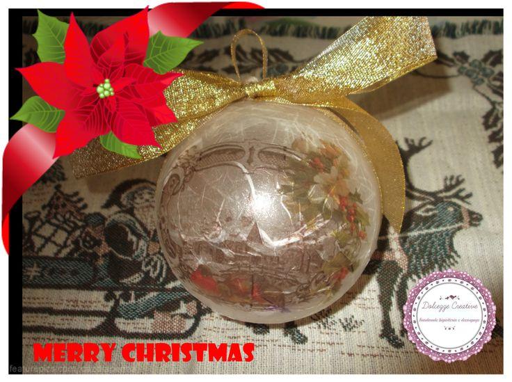 palla di natale in plexiglass ricoperta carta riso bianca con disegno paesaggio di natale e fiocchi oro
