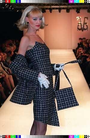 1996 - Een mannequin toont zondag een pakje van tweed met bijbehorende schoudertas. Edgar Vos presenteerde in het Hilton zijn…