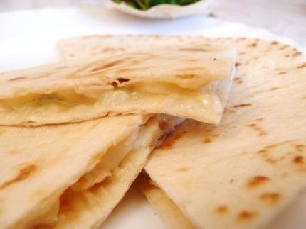Quesadillas au fromage 2 tortillas de blé 1 bonne poignée d'emmenthal 5 rondelles de fromage de chèvre 50g d'émincés de poulet grillé.