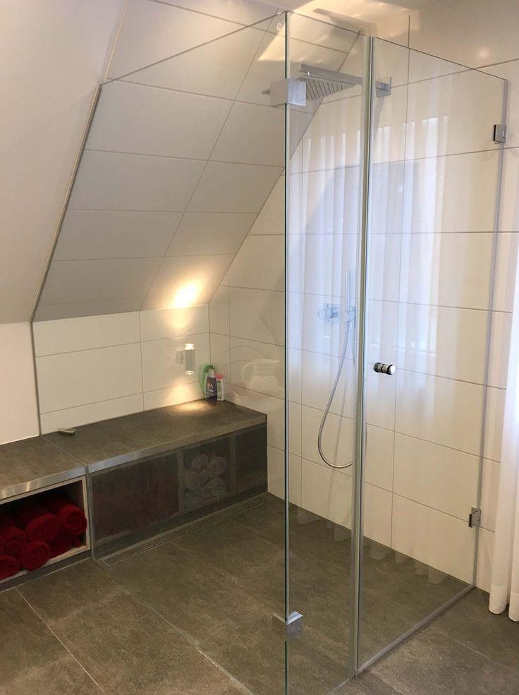 Ebenerdige Dusche Mit Glaskabine Und Sitzbank Unter Der