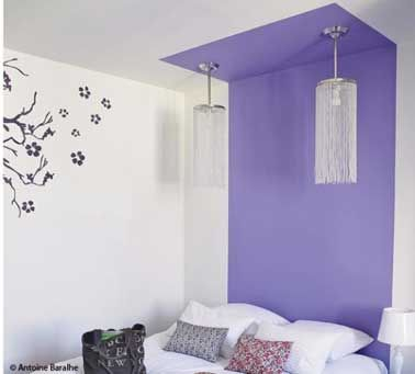 La peinture, une bonne idée pour faire une tête de lit qui prend zéro place dans la chambre. Pour plus d'originalité on peut même prolonger la tête de lit sur une trentaine de centimètres sur le plafond.