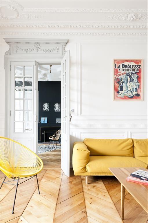 Fauteuils et canapés modernes dans un appartement haussmannien
