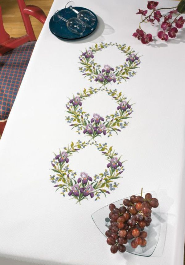 Rosenstand, Duk Blomsterkransar, 402479, Broderas med moulinégarn i räknade kors- och efterstygn på vit aidaväv, 5,4 rutor/cm