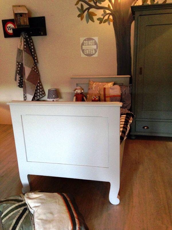 Stoer, robuust antiek eenpersoons bed, mat zachtgrijs afgelakt. Voor meer details en onze voorraad antieke bedden kijk op www.olijk nl