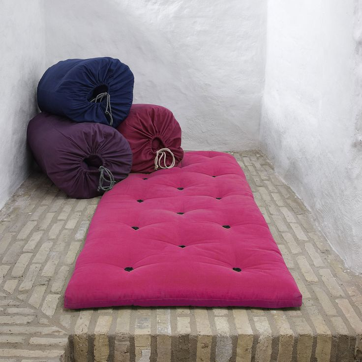 Articolo: 790735070190A mattress placed in a bag, easy to extract and to use for extra beds. The measures are: 70x190 cm. The futons are normally padded with a mix of cotton, polyester and wool, and in many mattresses a layer of foam is added to improve the softness. The fabric is made of cotton, about 70%, and 30% polyester. The futon mattresses can be cleaned with a stiff brush. The product needs to be assembled; you can find instructions in the package. The colors may slightly differ…