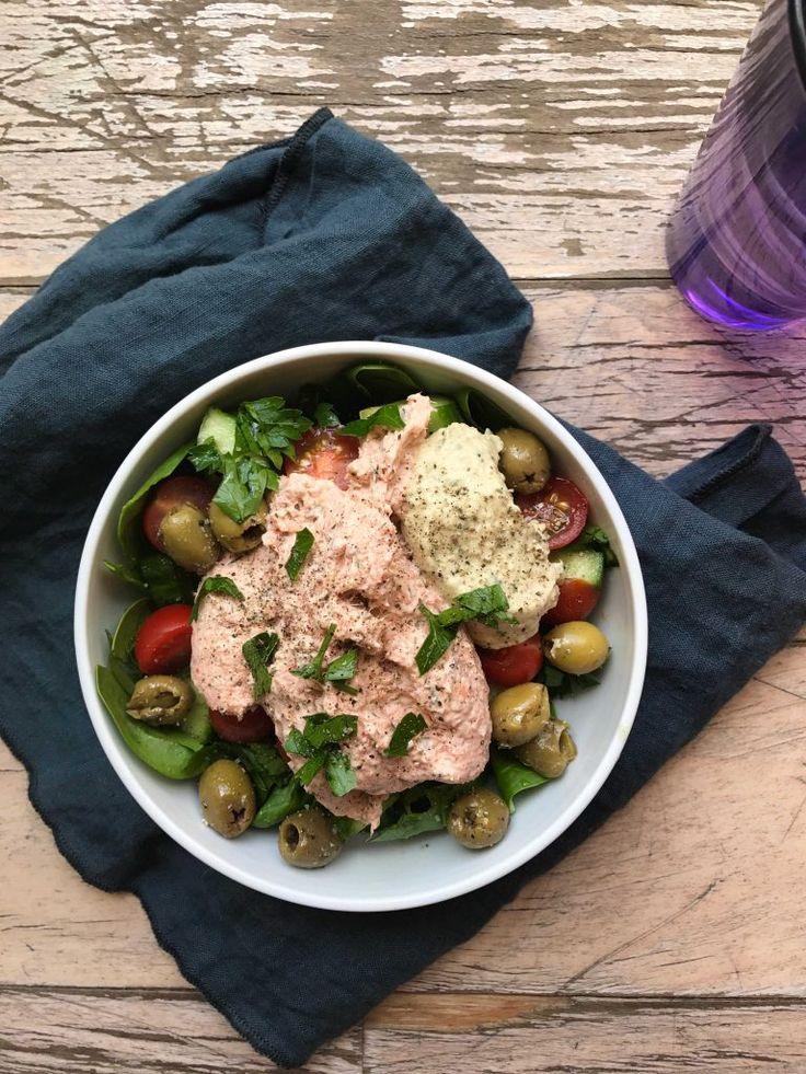 Spinat, tomat, agurk, lakserillette (købt), humus (købt), oliven og persille.