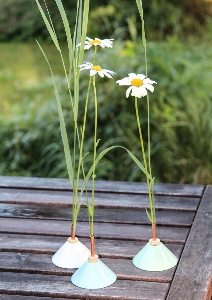The beautiful vases Consilium by Eva Levin with Daisies! #nordicdesigncollective #evalevin #consilium #midsummer #swedeon #midsommar #vase #porecalin #daisy #daisies #flower #flower #summerflowers #turquoise #green #white #pastel #summermeadow #meadow #outdoor #outside #pickflowers #swedishdesign