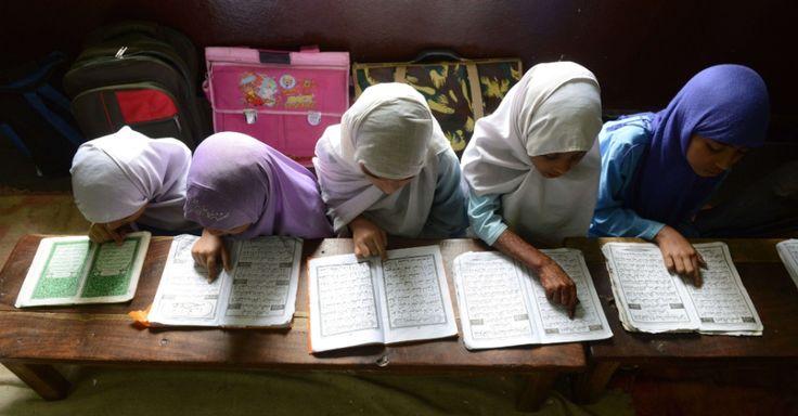 Meninas muçulmanas recitam o Alcorão em sala de aula de uma escola religiosa em Hyderabad, na Índia.  Fotografia: Noah Seelam / AFP.  https://educacao.uol.com.br/album/2013/09/04/veja-o-cotidiano-escolar-de-criancas-em-11-paises.htm#fotoNav=8
