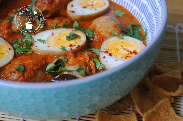 Sambal goreng telor (eieren in pittige saus) is een lekker vegetarisch Indisch gerecht wat binnen een half uurtje op tafel staat.