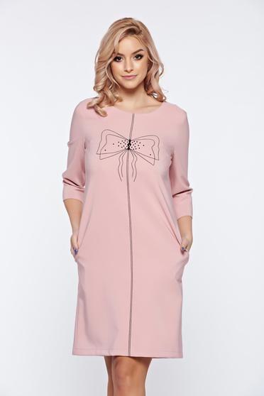Rochie LaDonna rosa de zi cu croi larg cu insertii de broderie - Rochie de zi tip balon, din material usor elastic, cu aplicatii de broderie si maneci 3/4. Alege-o si pentru birou cu un palton deasupra, la tocuri.